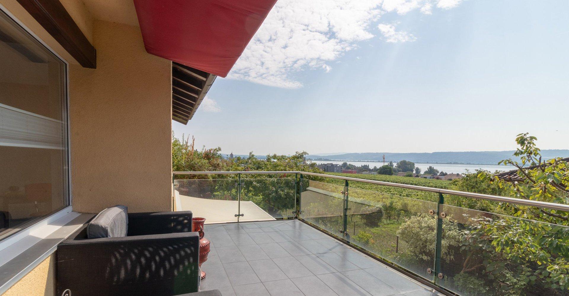 vue sur lac et vignoble depuis une terrasse au landeron canton de neuchatel